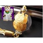 《小判が降り注ぎ商売繁盛》大玉金彫り 招き猫水晶 縁起物ストラップ《パワーストーン・天然石》