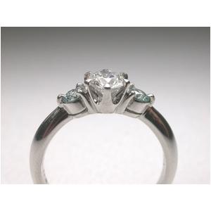 PT900(プラチナ) ホワイトダイヤ&アイスブルーダイヤリング 11号 0.7ctの写真2