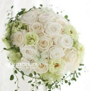 Royal Wedding ホワイト・ローズ 「ロザリウム・宮崎惠美子さん」のラウンドブーケ (25ansウエディング掲載商品) ブートニア付 - 拡大画像