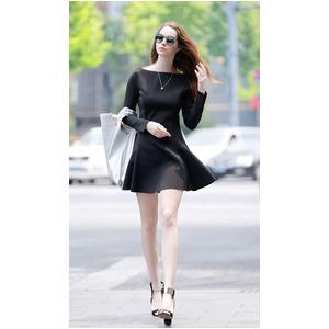 フレアミニワンピースを着て歩く女性