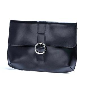 ベルトバックルがポイントスタイリッシュな薄型クラッチバッグ/ブラック h01