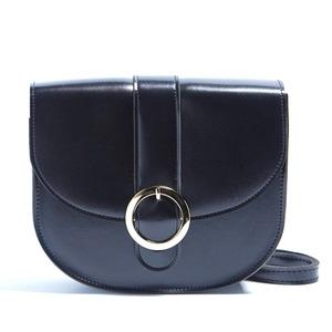 ベルトっぽいリングの留め金がポイントのショルダーバッグ/ブラック