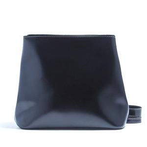 ファスナー付で安心♪台形フォルムのシンプルショルダーバッグ/ブラック
