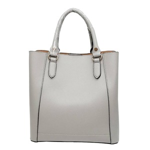 仕切ポケットがついたマチが広い柔らか素材の2Wayハンドバッグ/グレイ