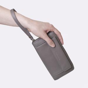 スマホも入る「スマートフォンウォレット」手首ストラップ付きiPhone8Plusなど大きいスマホも入る / スイス発カーフレザー製 グレー