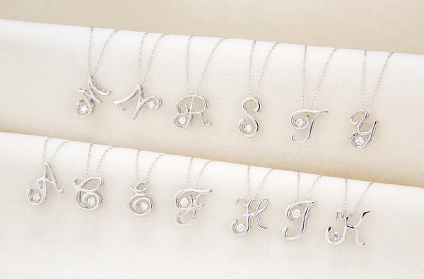 ダンシングストーン イニシャル ネックレス(18金/ダイヤモンド)