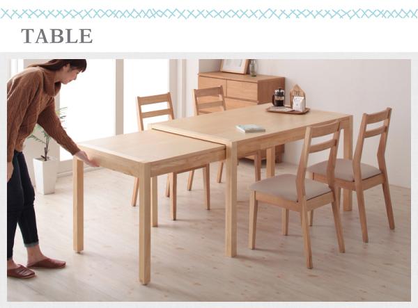 女性が片手でテーブルをスライド伸長させる画像