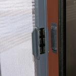 スライド式網戸(全開式玄関網戸) 適応サイズ:約幅68cm〜94cm マグネット開閉 日本製 〔虫よけ対策〕