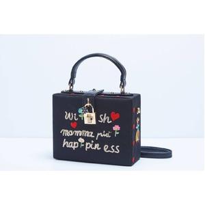 パーティーバッグにも使える刺繍で描いたボックス型のハンドバッグ/レター - 拡大画像