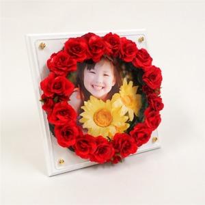 フラワーリースフォトフレーム(赤花・白木板) - 拡大画像