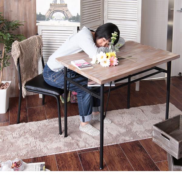 本物の杉古材を使ったダイニングテーブルと小物
